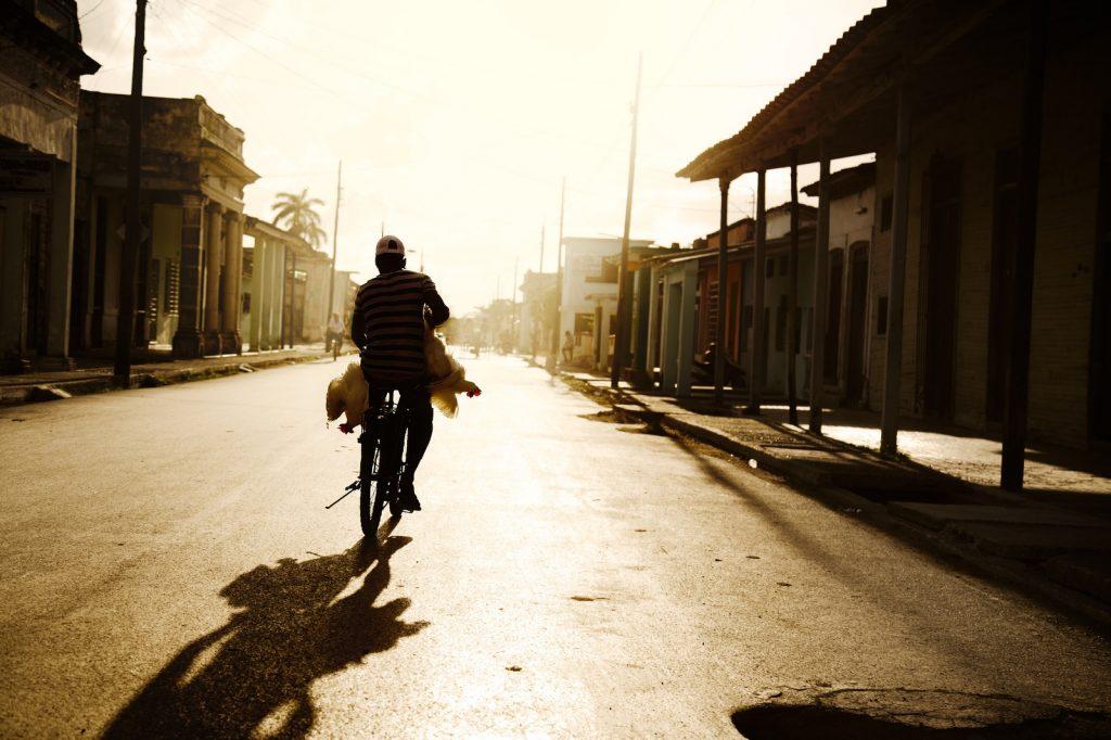 Lichtval op een man op de fiets