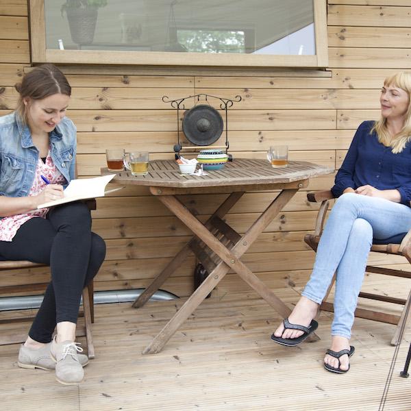 Vrouw schrijft een interview mee, maar kan het ook opnemen
